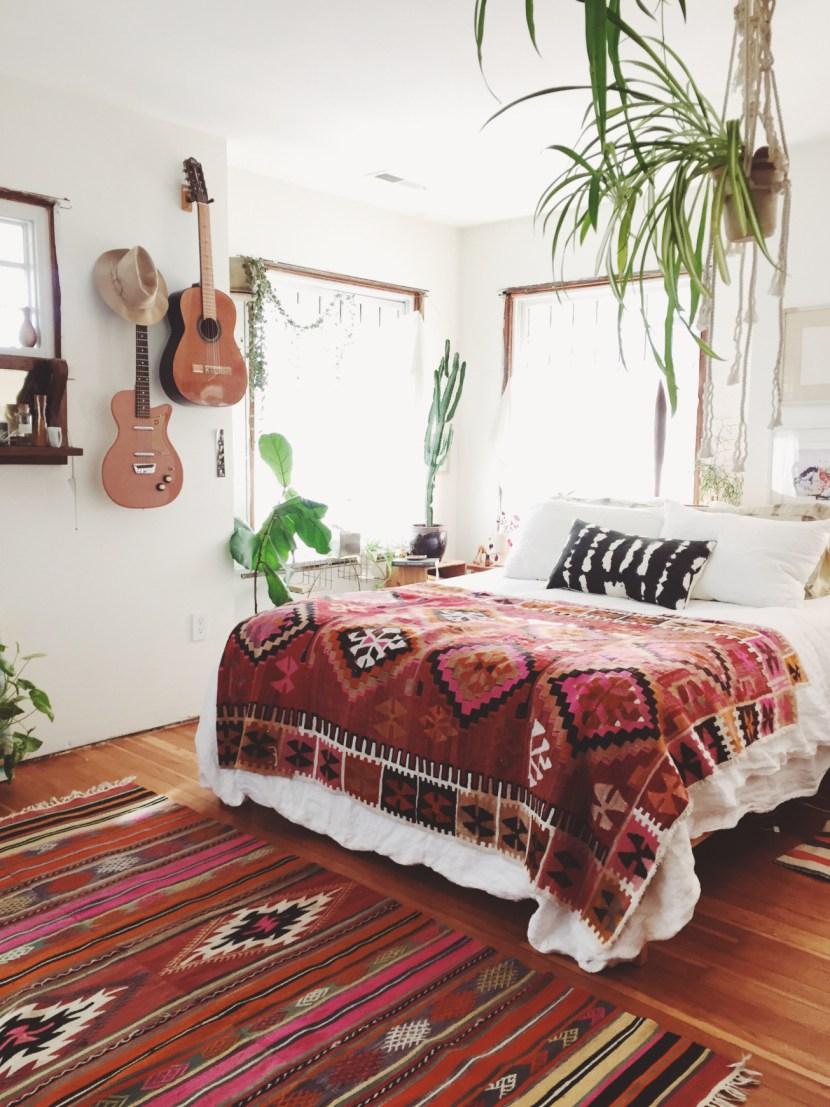 Килим в интерьере спальни