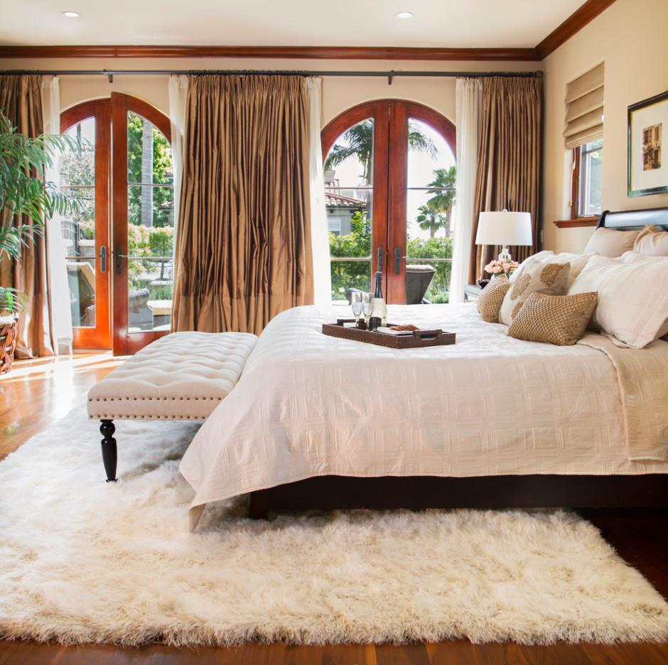 Белый ковер в спальне