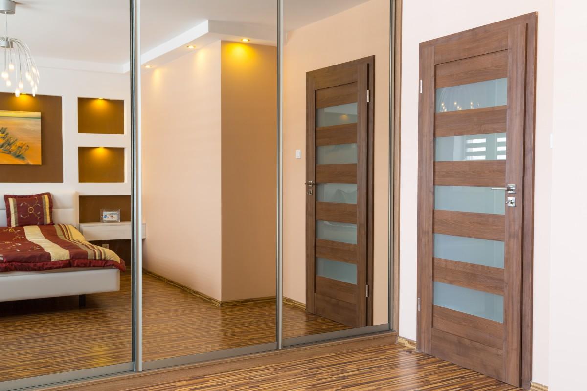 Дверь в стиле модерн в спальне