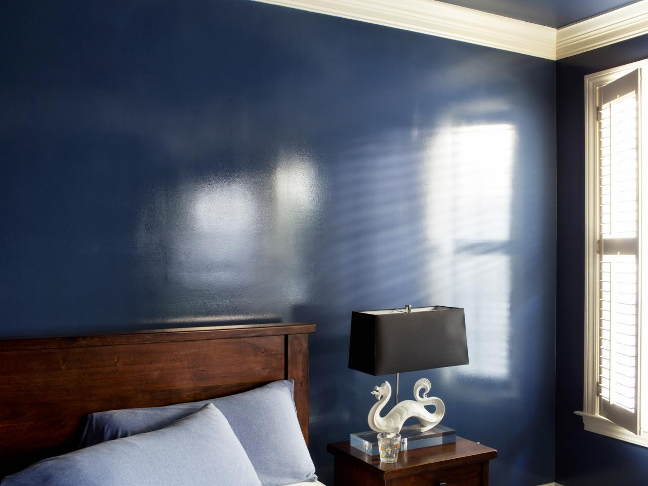 Синяя глянцевая краска на стене спальни