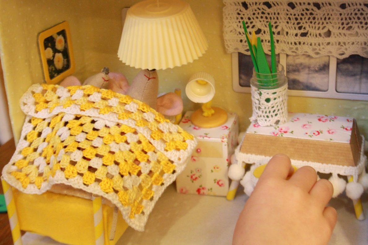 Спальня из картона в кукольном доме