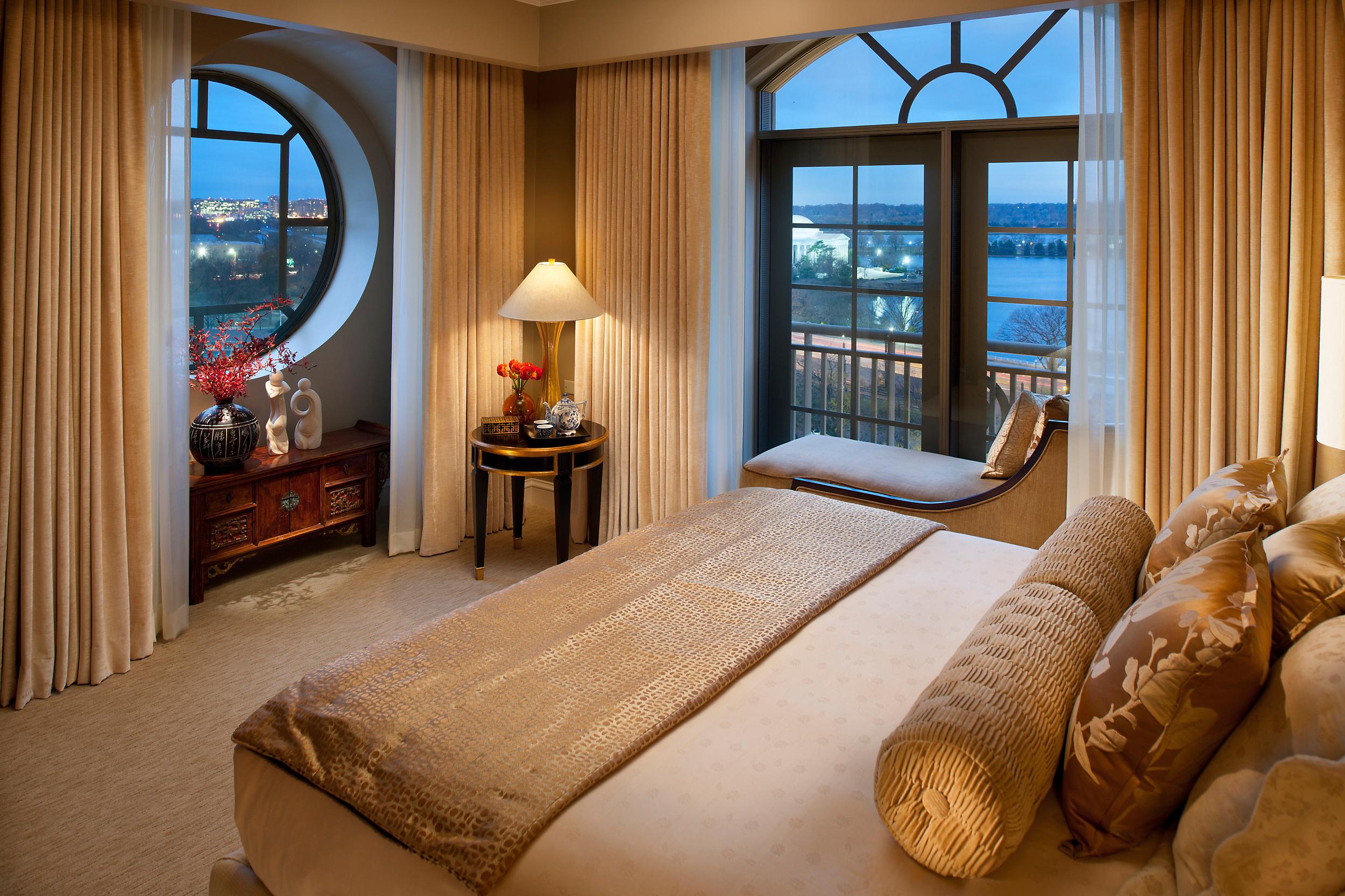 Подушка-валик в спальне