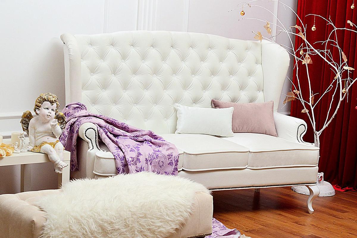 Белый диван с высокой спинкой