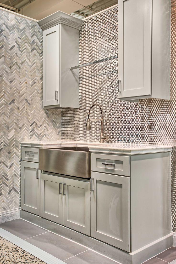 Мозаика со стальным оттенком на стене кухни