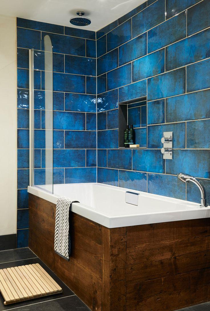 Синяя стеклянная плитка в ванной