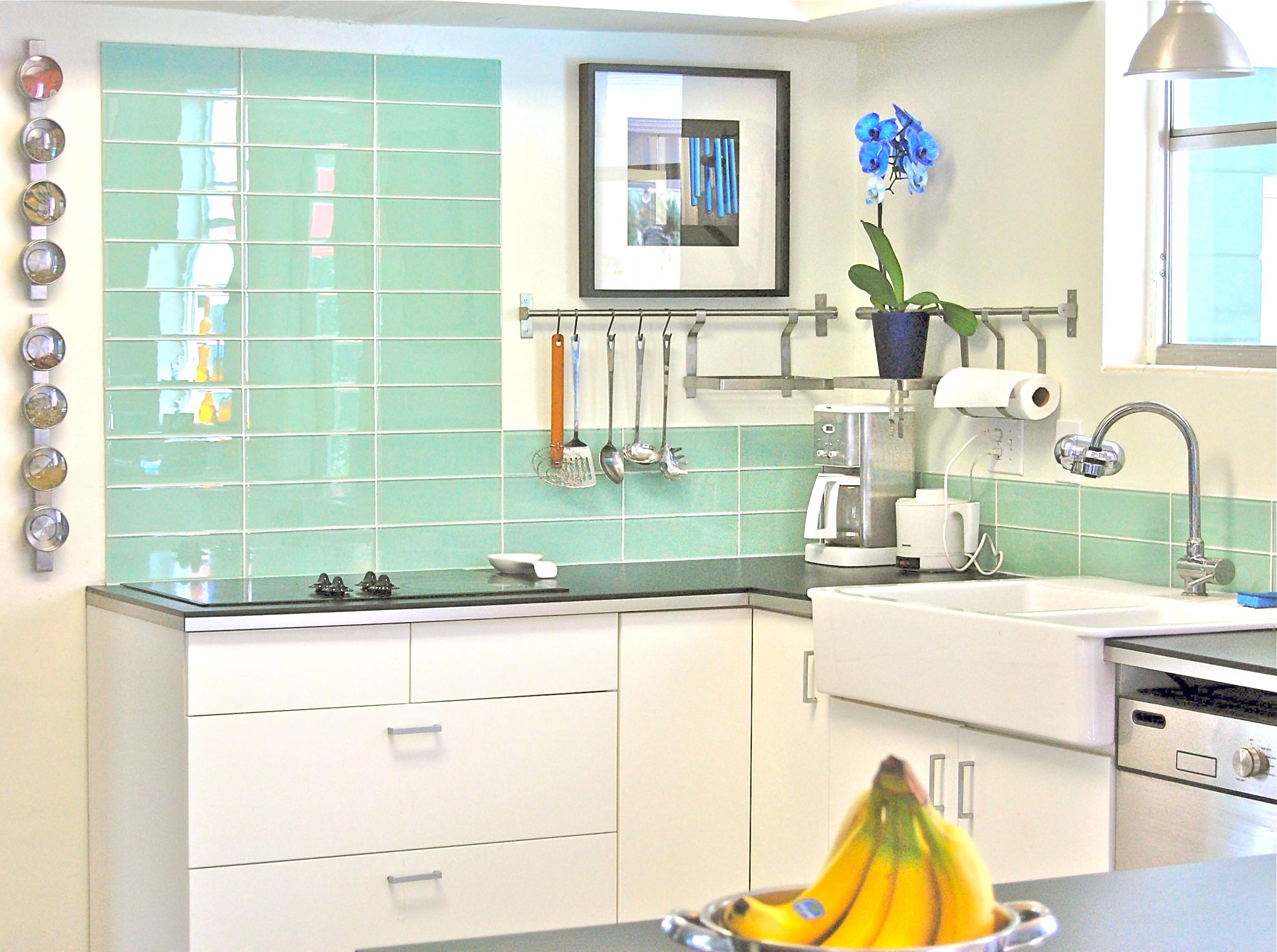 Стеклянная голубая плитка на кухне