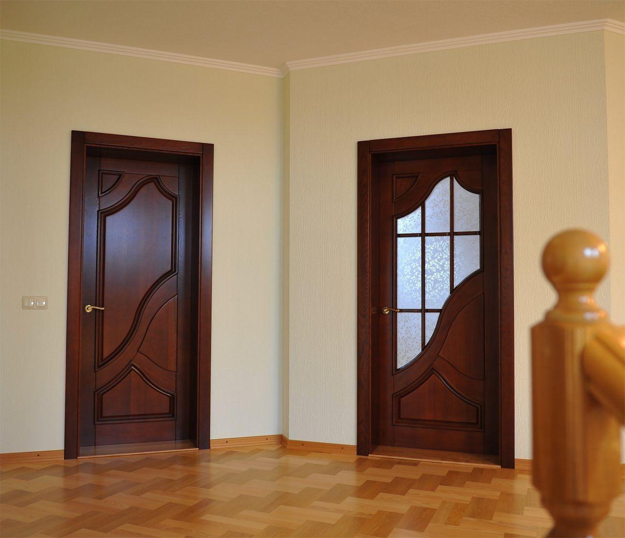 Дверь со стеклом в стиле модерн