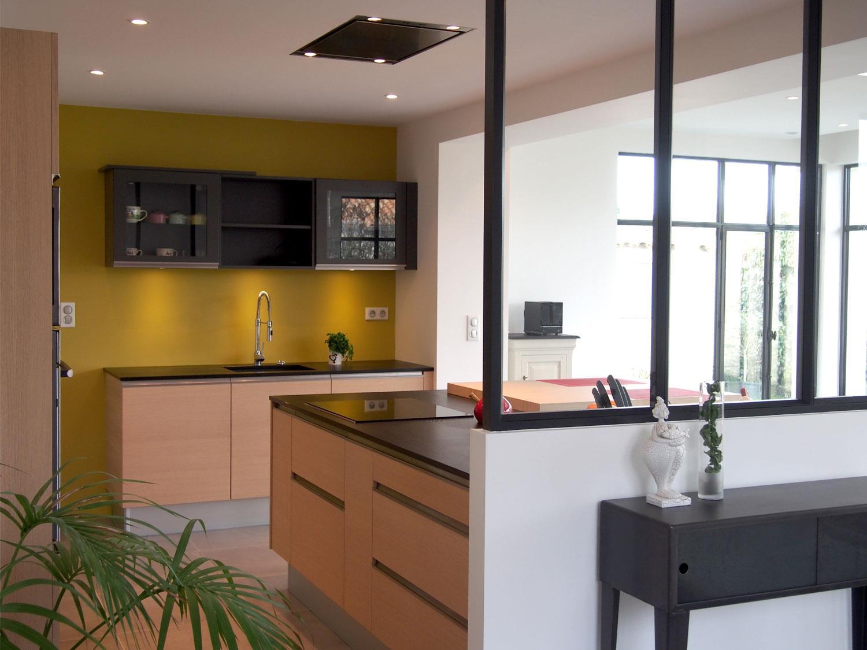Перегородка между кухней и гостиной из стекла