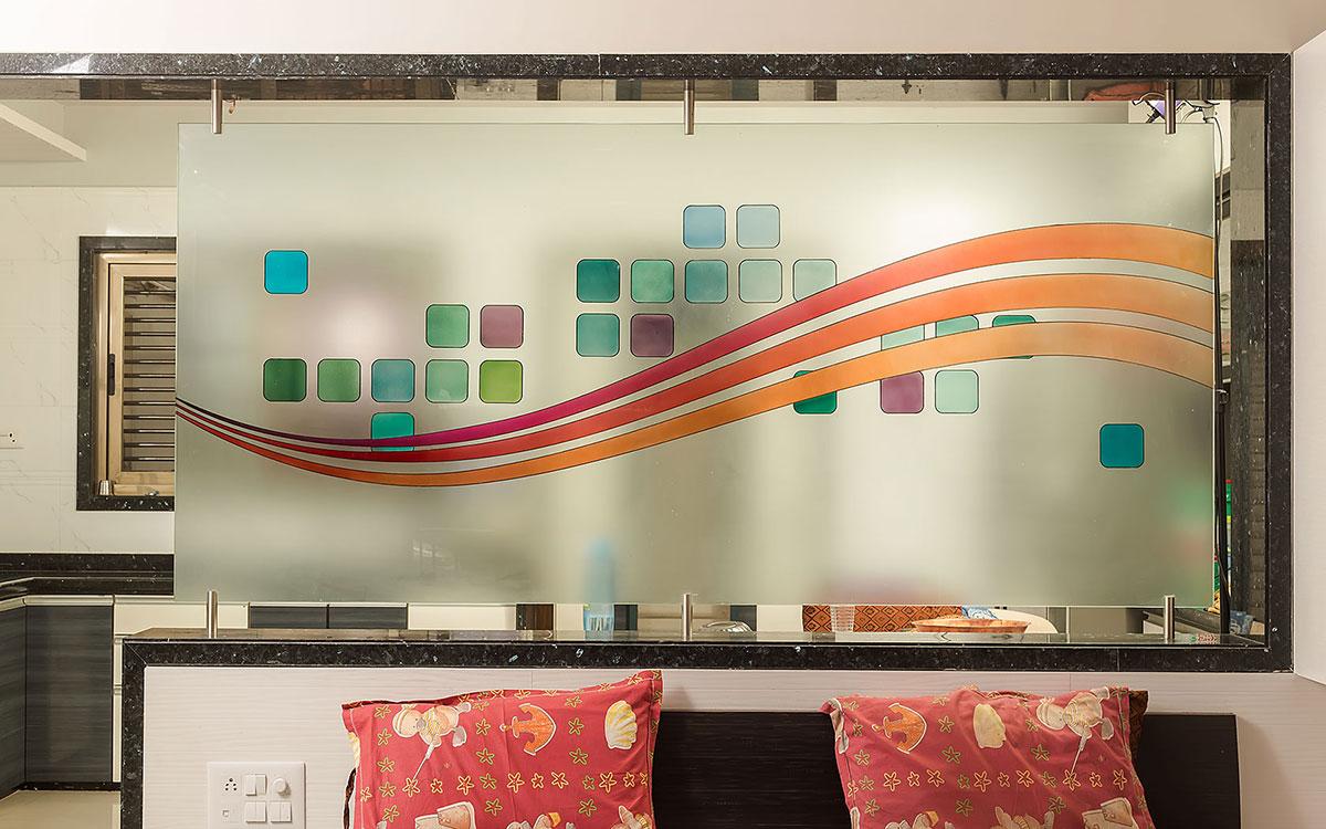 Перегородка из стекла между кухней и спальней