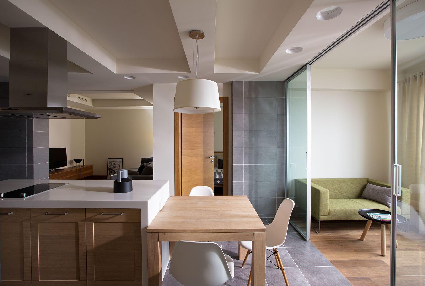 Перегородка между кухней и гостиной стеклянная