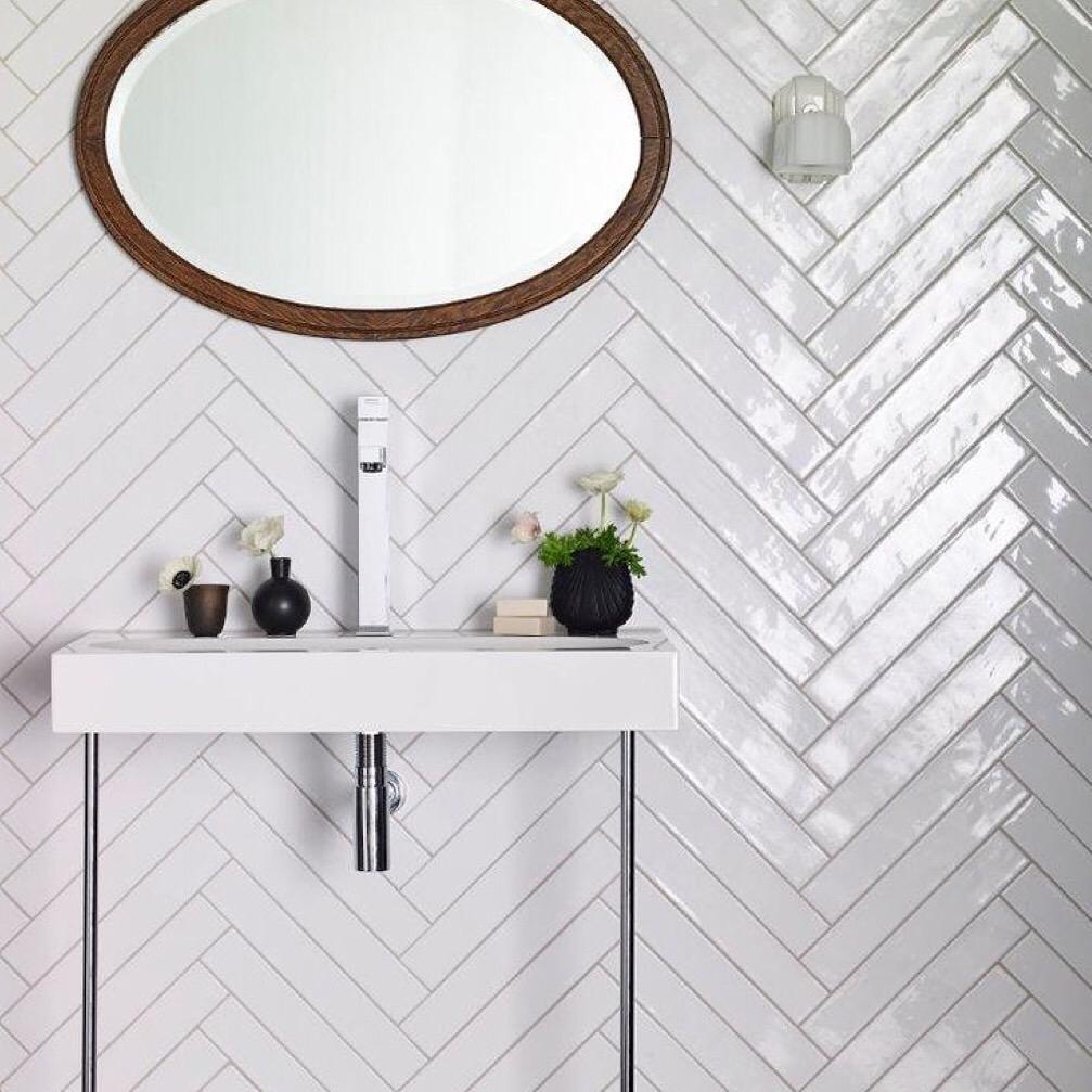 Диагональная укладка плитки на стене в ванной
