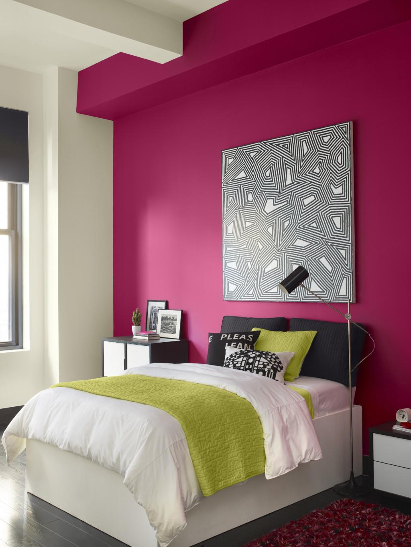 Малиновая стена в спальне