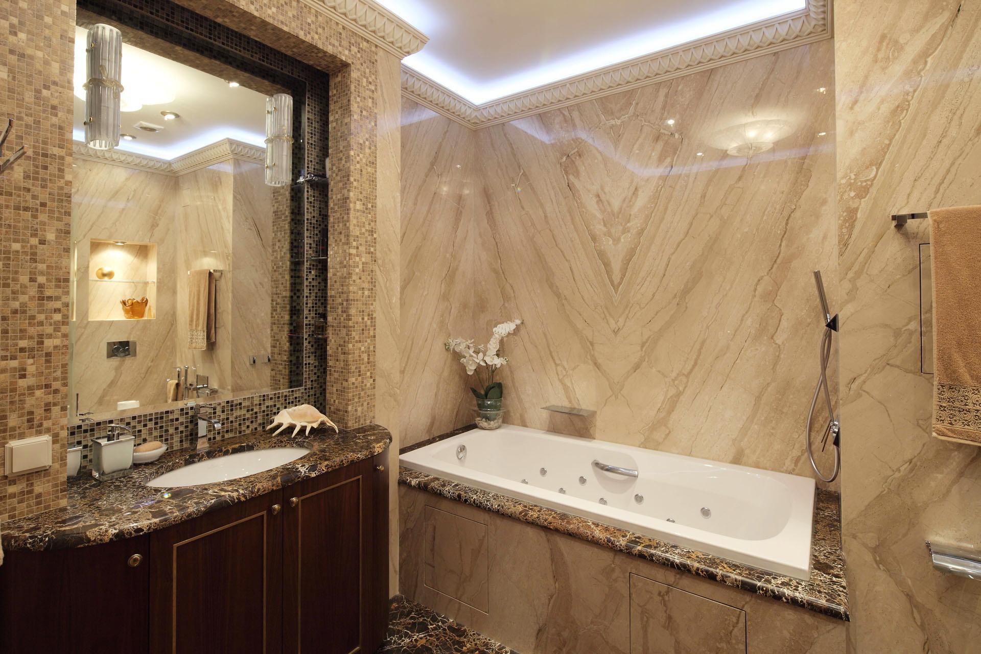 Стена из мрамора в ванной комнате