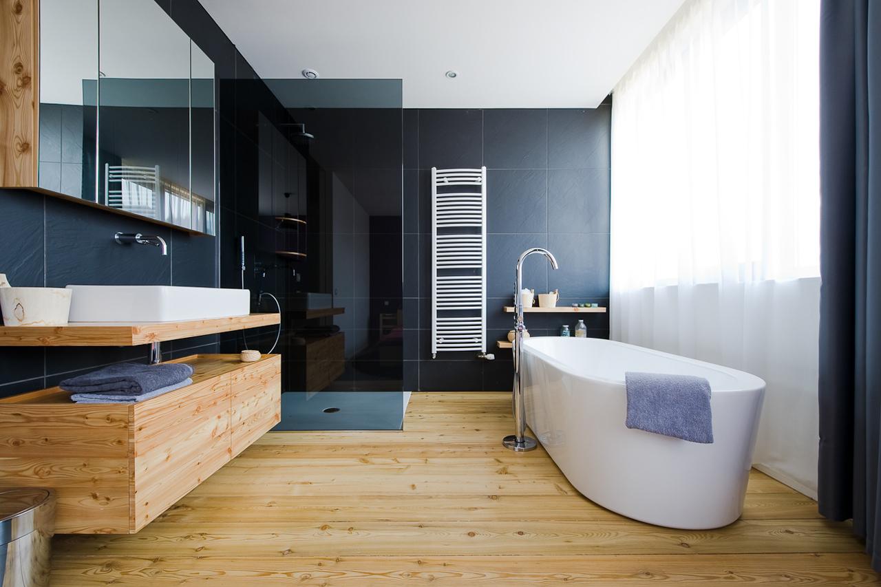 Плитка из керамогранита на стене ванной