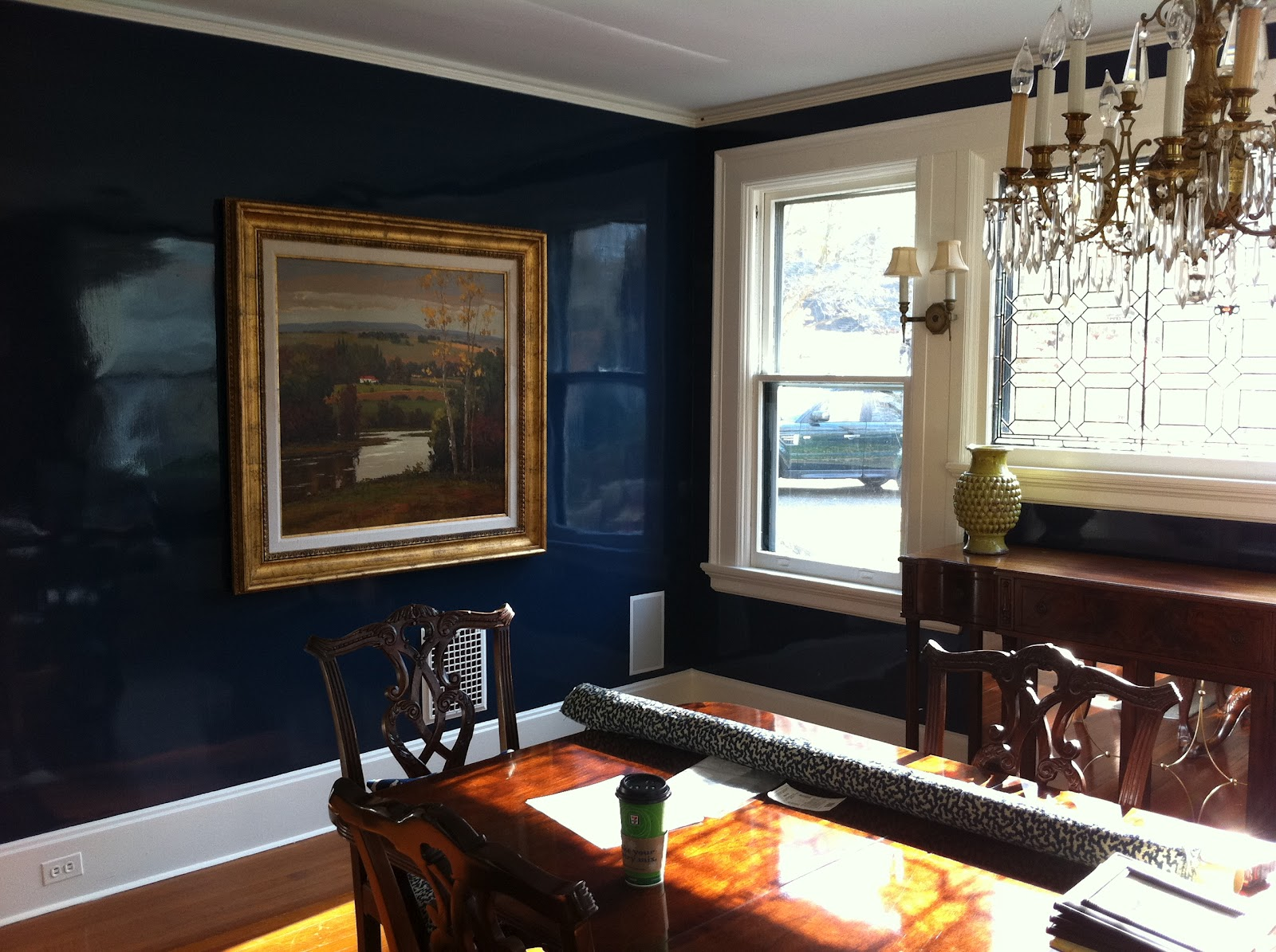 Глянцевая краска на стене столовой