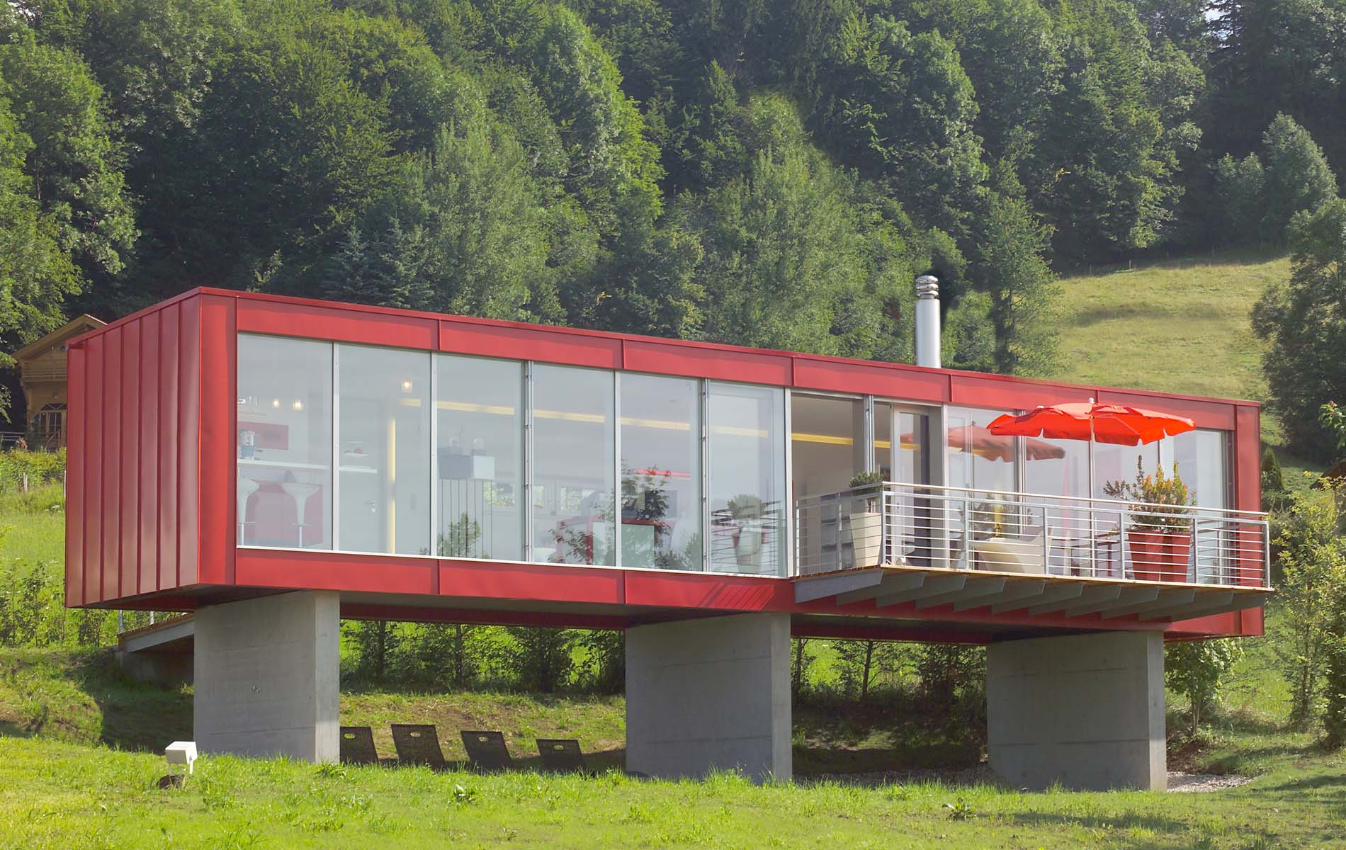 Дом из контейнеров на бетонных столбах