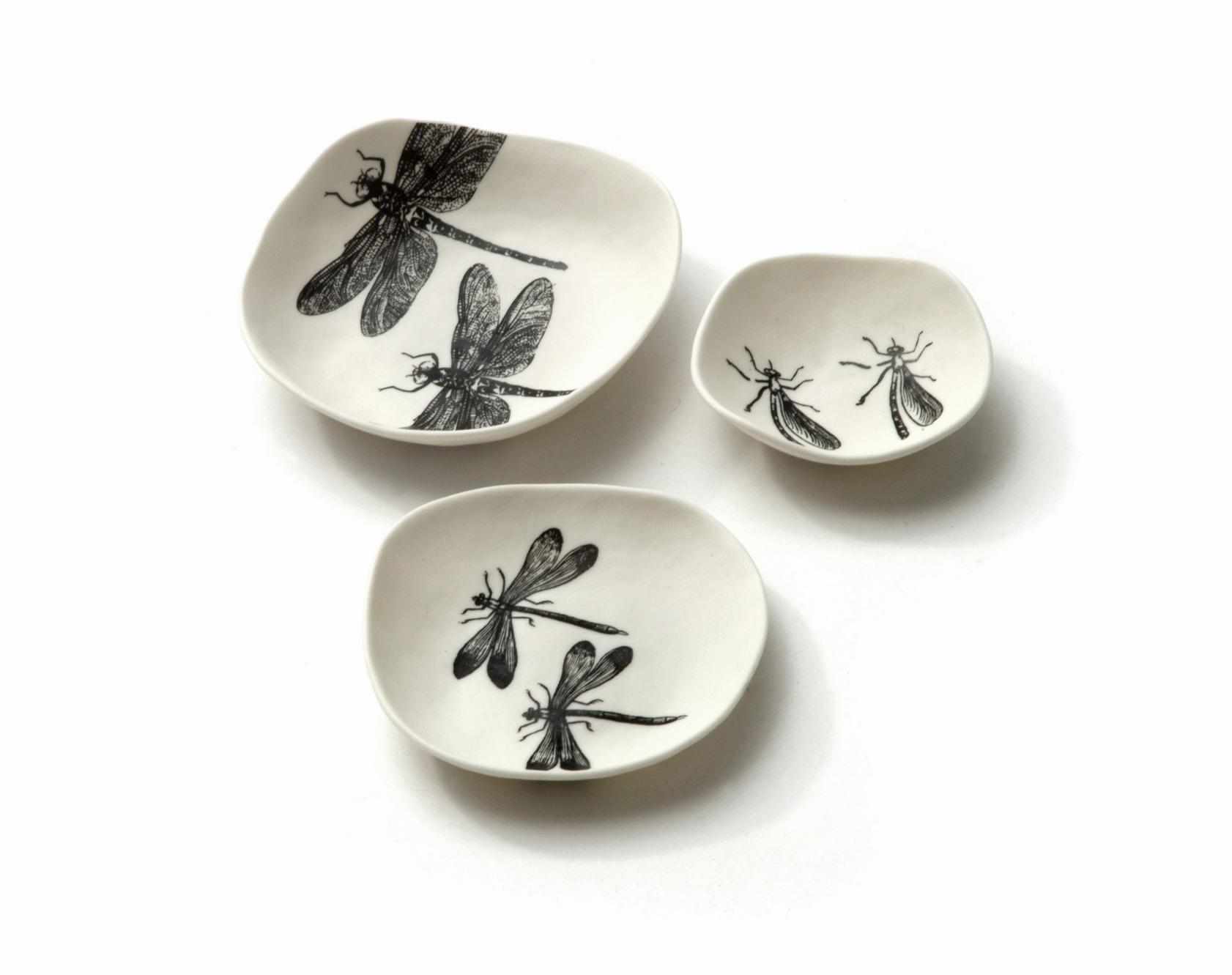 Рисунок стрекозы на посуде