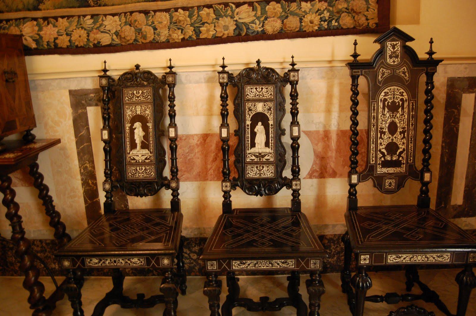 Резные стулья с декором