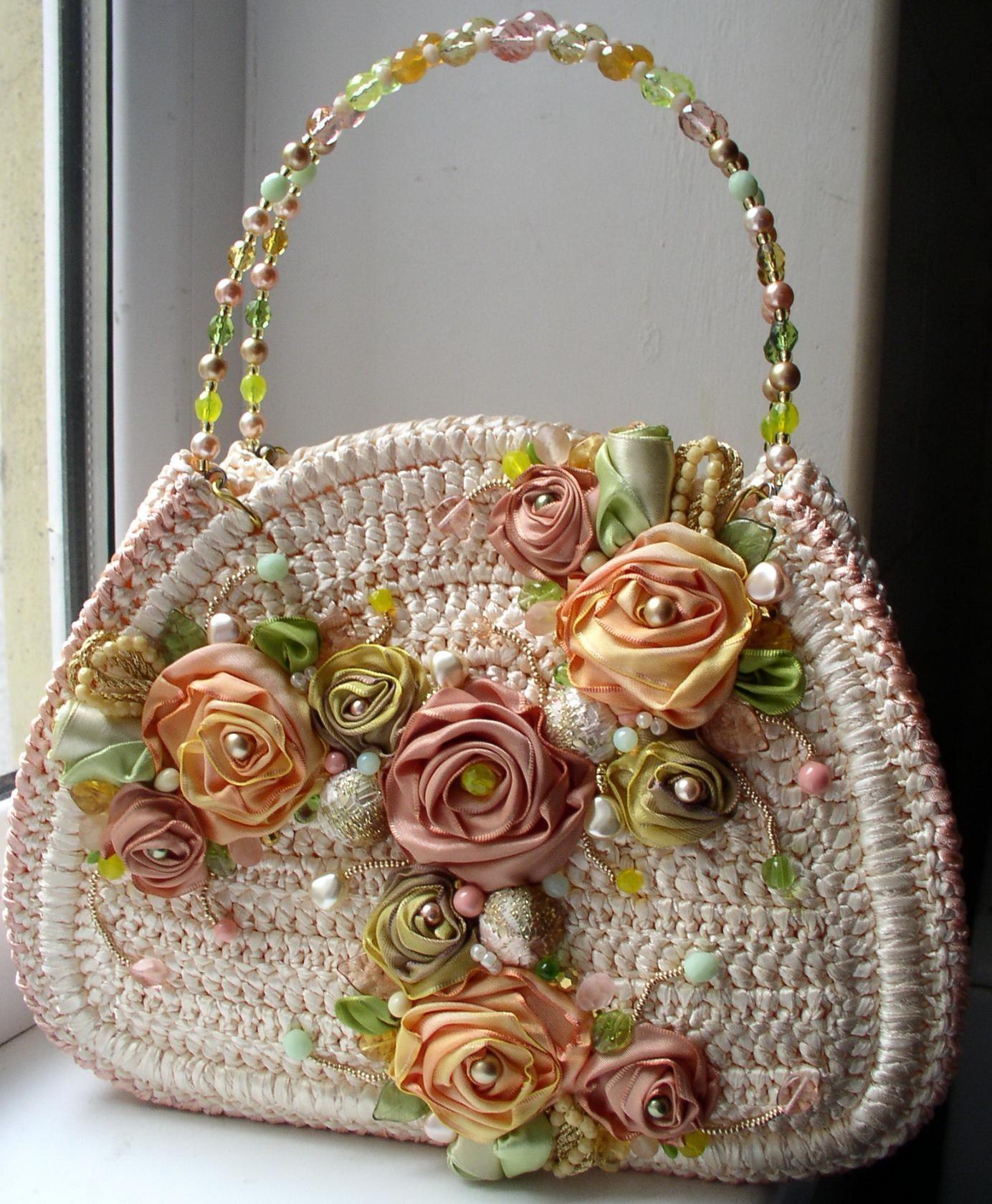 Украшение сумки розами из лент