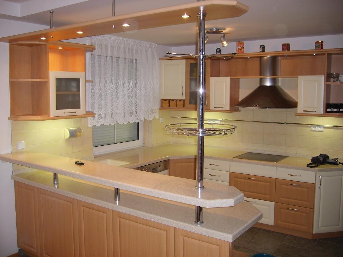 Светлый кухонный гарнитур с барной стойкой