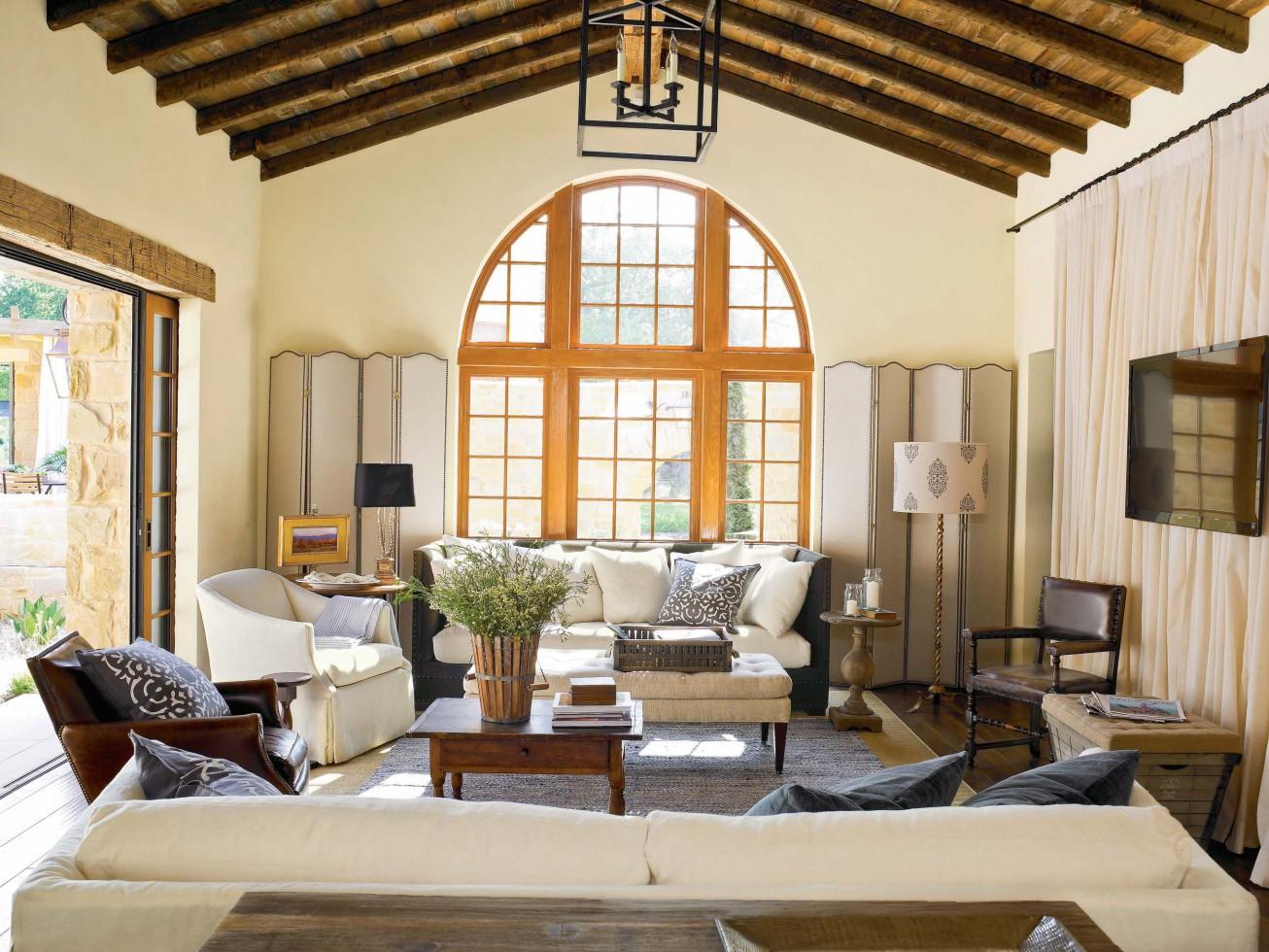Светлый оттенок в гостиной в тосканском стиле