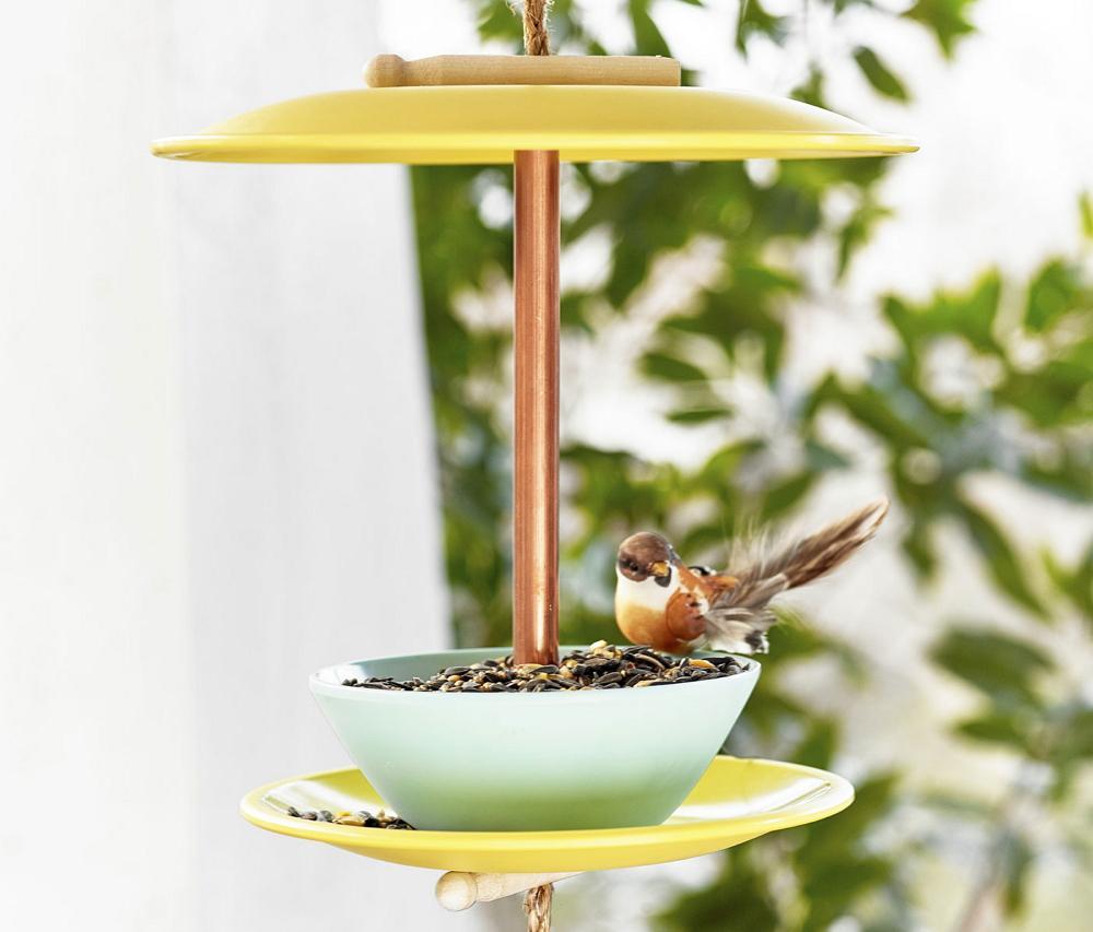Кормушка для птиц из тарелок
