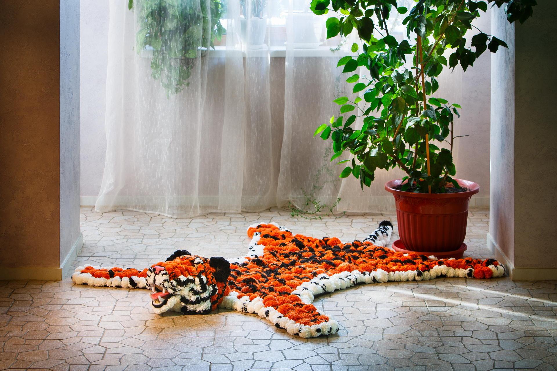 Коврик из помпонов в виде тигра