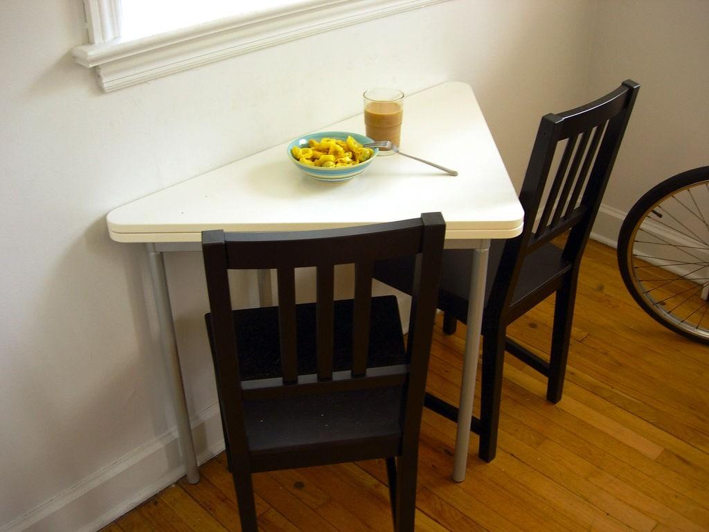Откидной треугольный стол