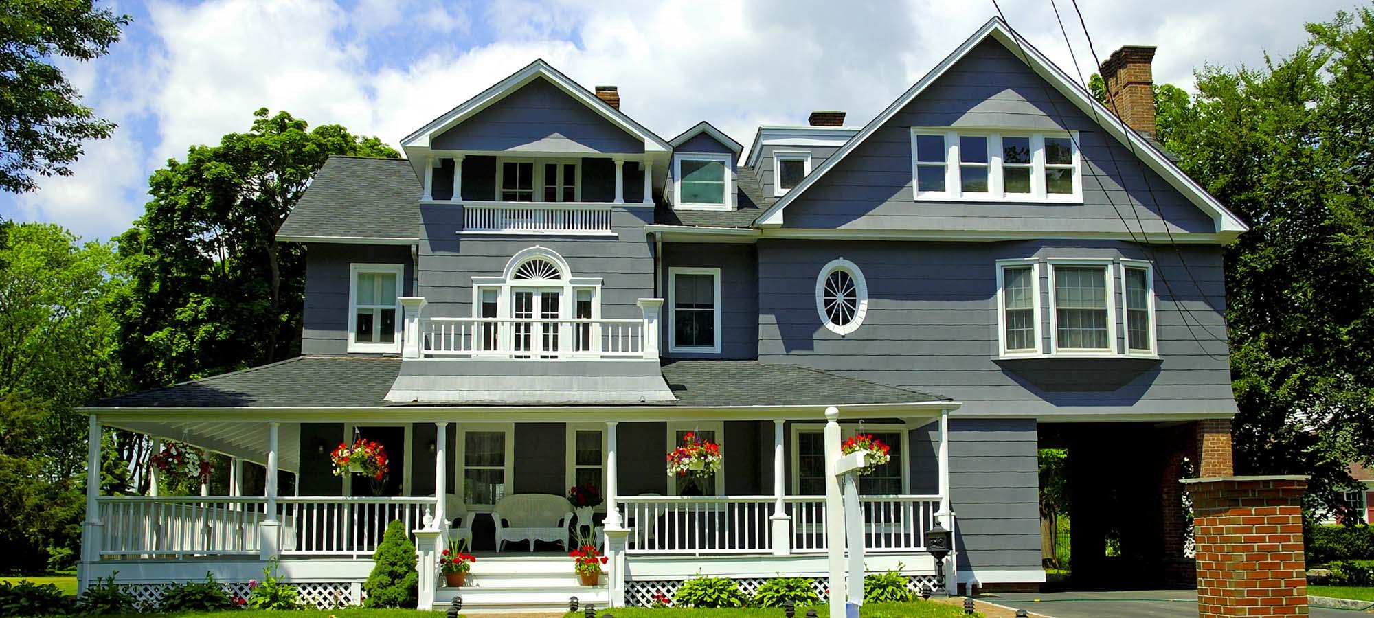 Трехэтажный дом с мансардной крышей