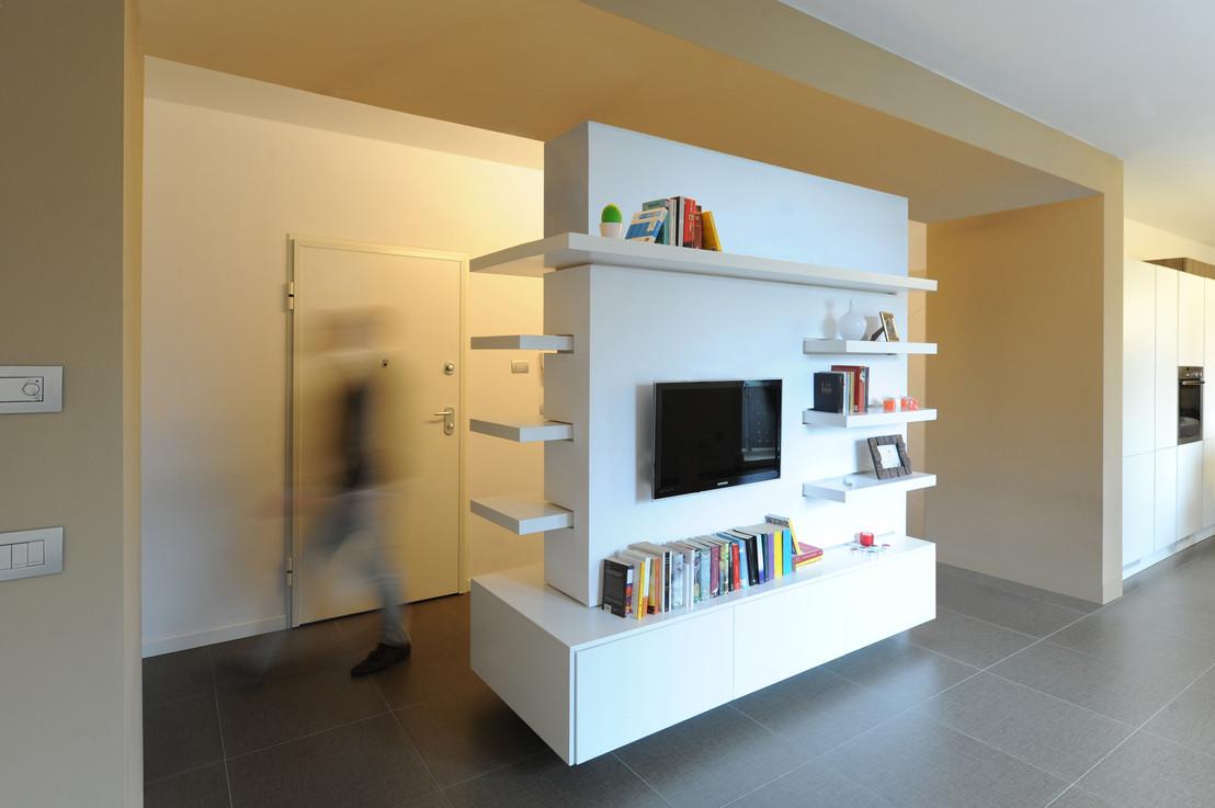 Перегородка с телевизором между кухней и гостиной