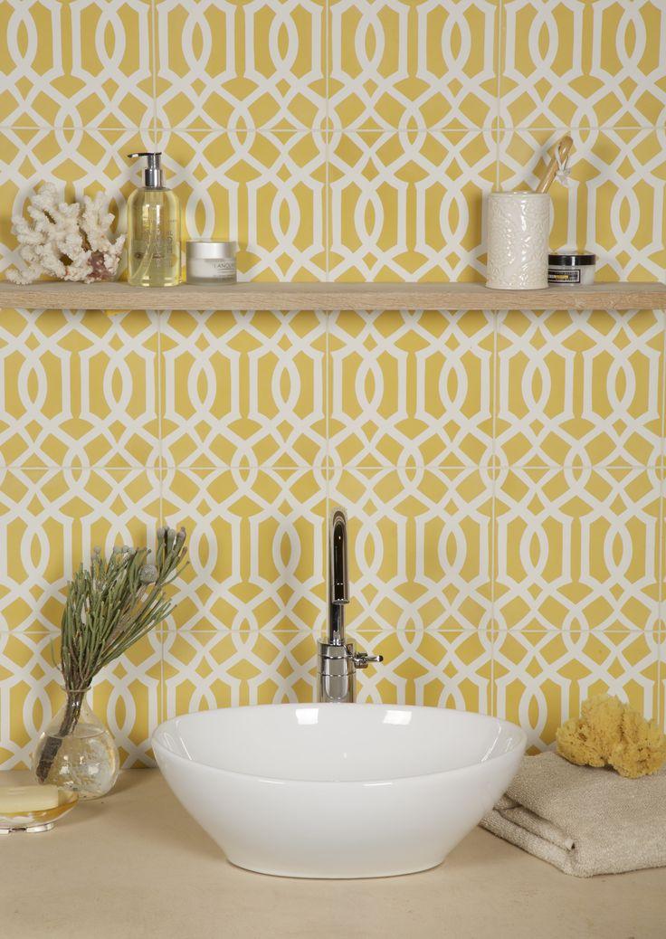 Желтая плитка с белым узором в интерьере
