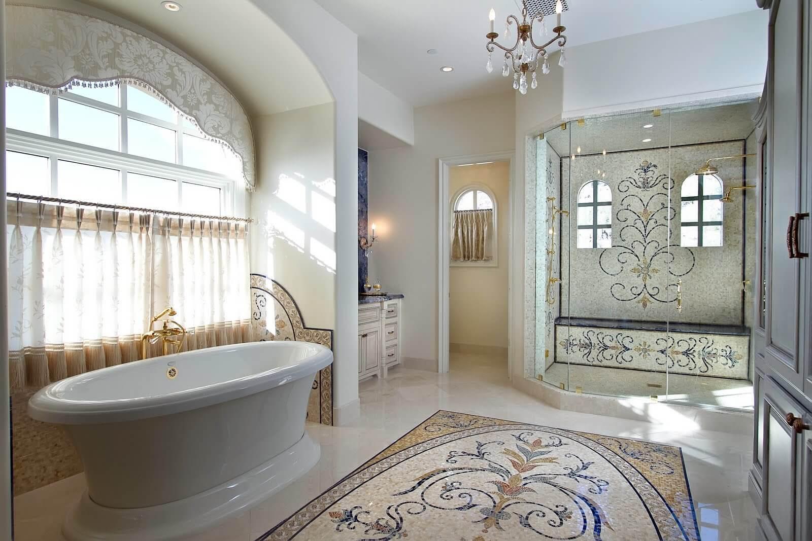 Узор из мозаики на полу ванной комнаты