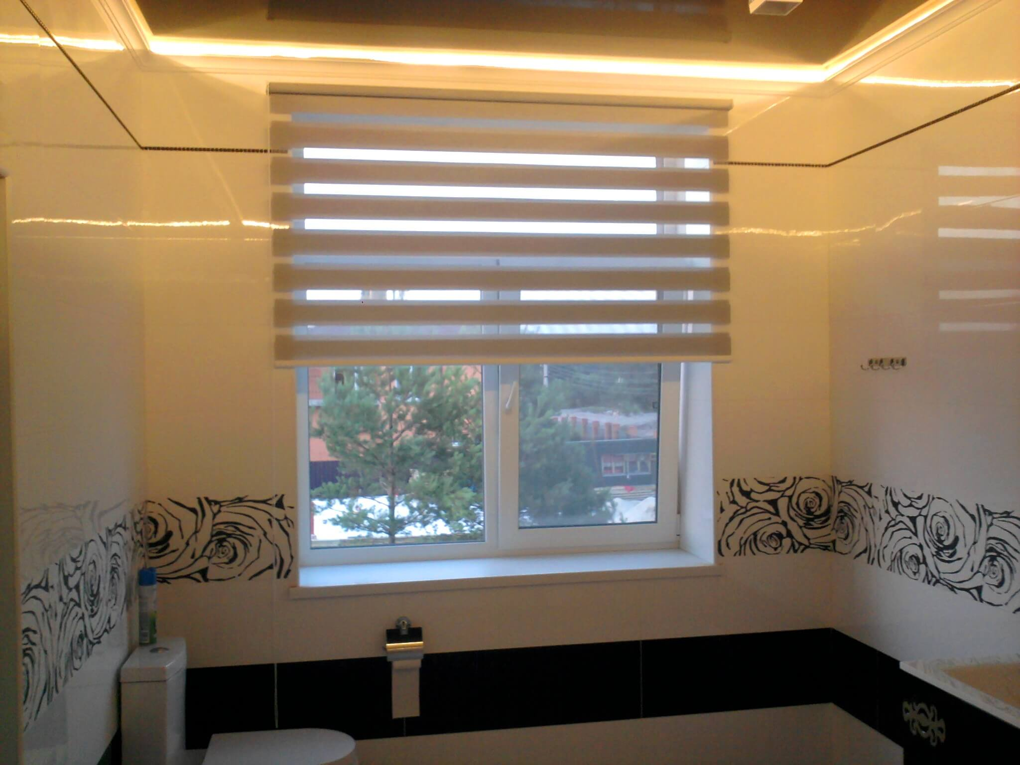 """Рулонные шторы """"день-ночь"""" в ванной комнате"""