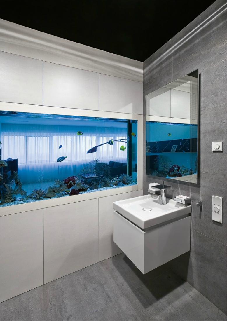 Аквариум в стене ванной