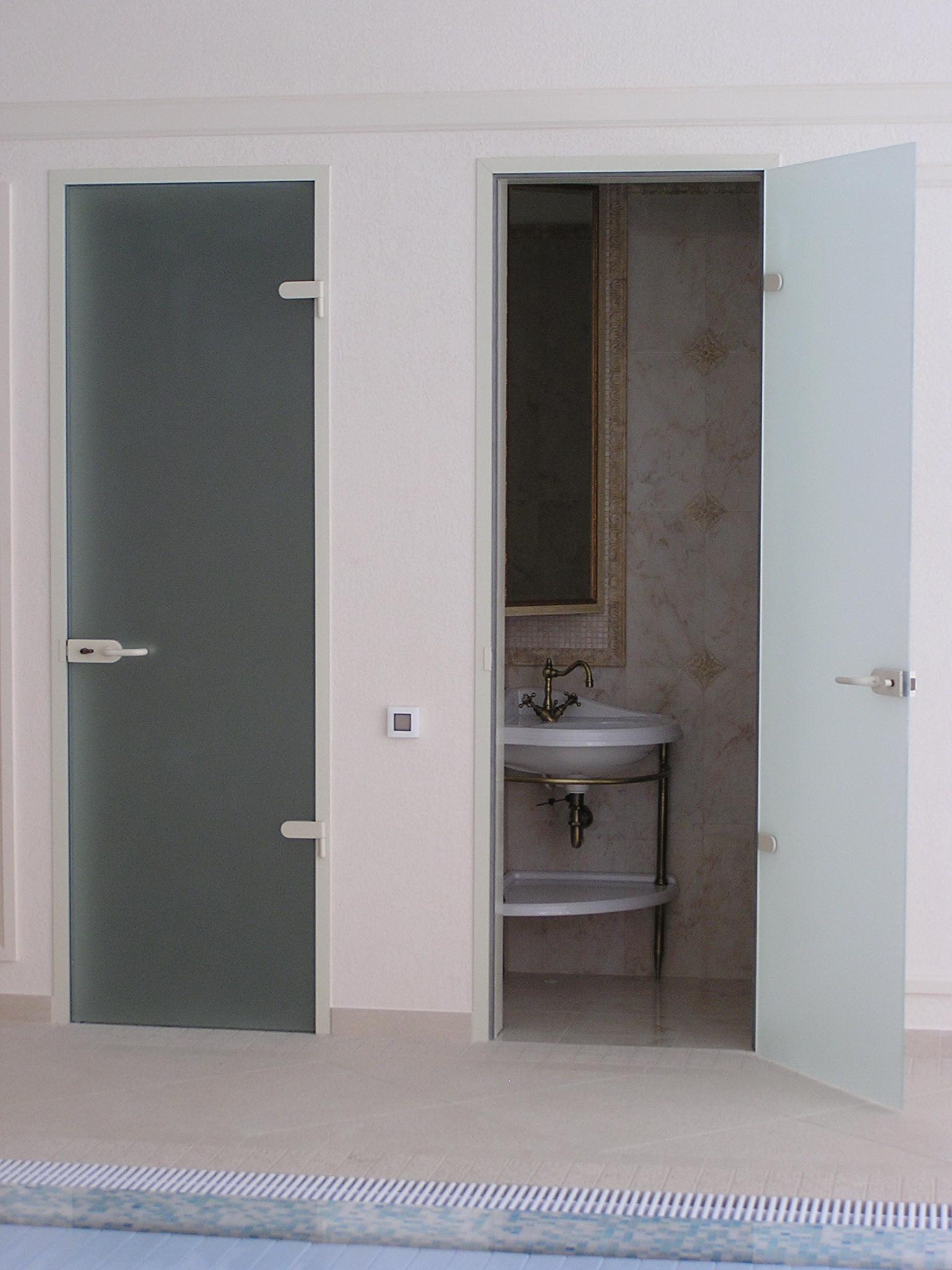 Распашная маятниковая дверь в ванную