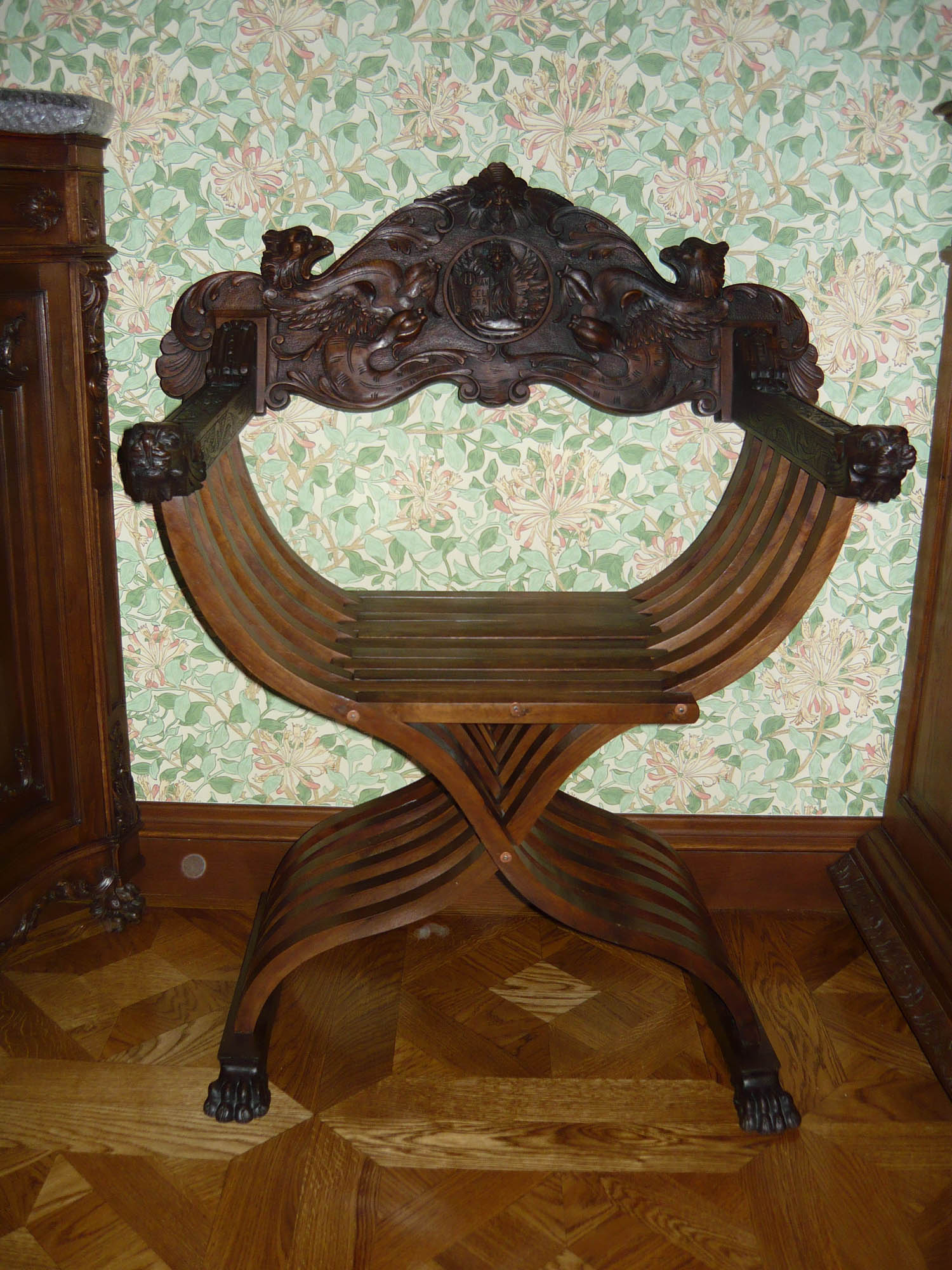 Резной стул в стилистике средневековья