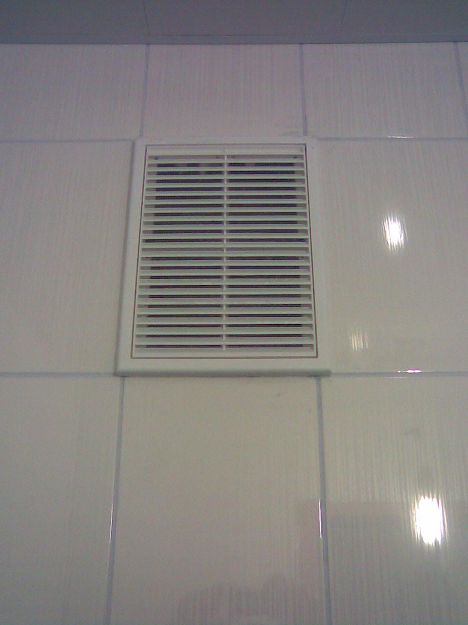 Вытяжка с вентиляционной решеткой в ванной