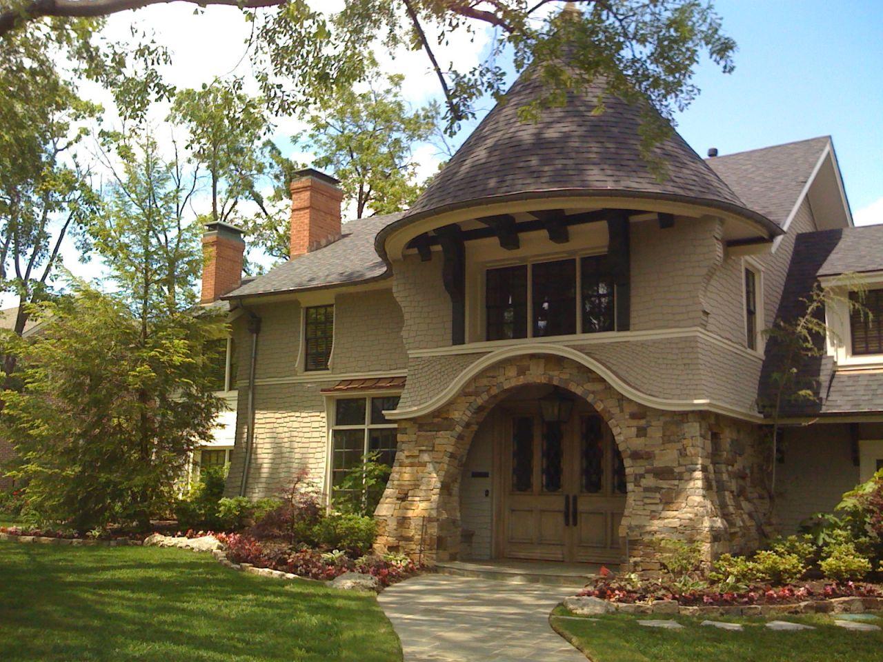 Вход дома, облицованный камнем