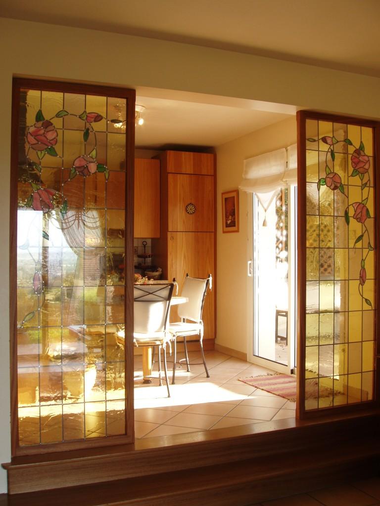 Перегородка между кухней и гостиной витражная