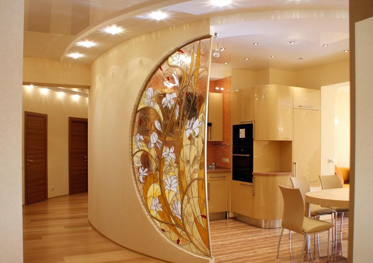 Витражное стекло между кухней и прихожей