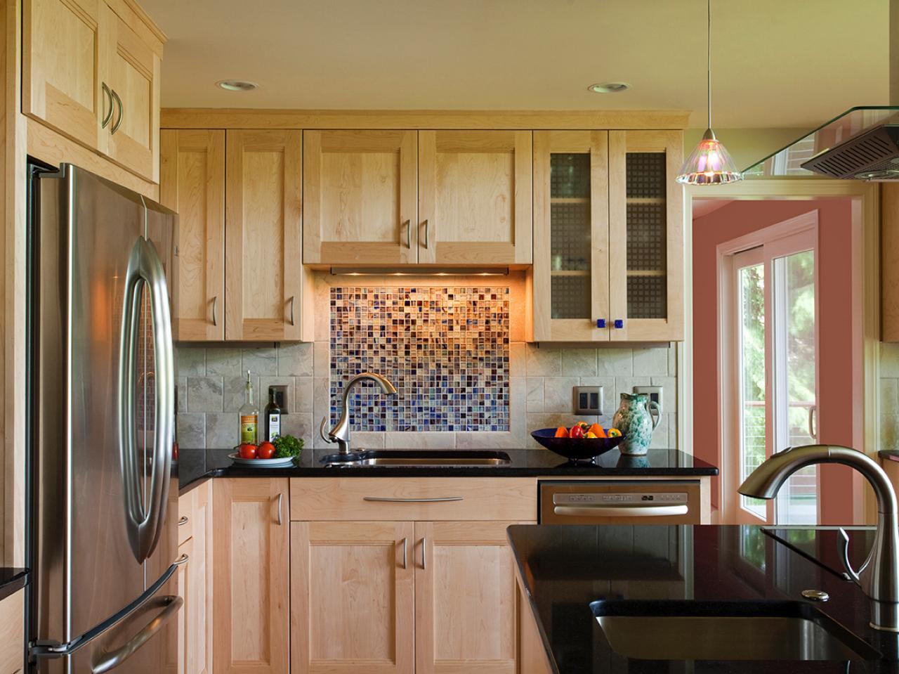 Декоративная вставка из мозаики на кухне