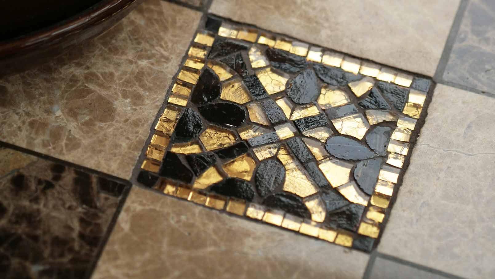 Декоративная вставка из мозаики на полу