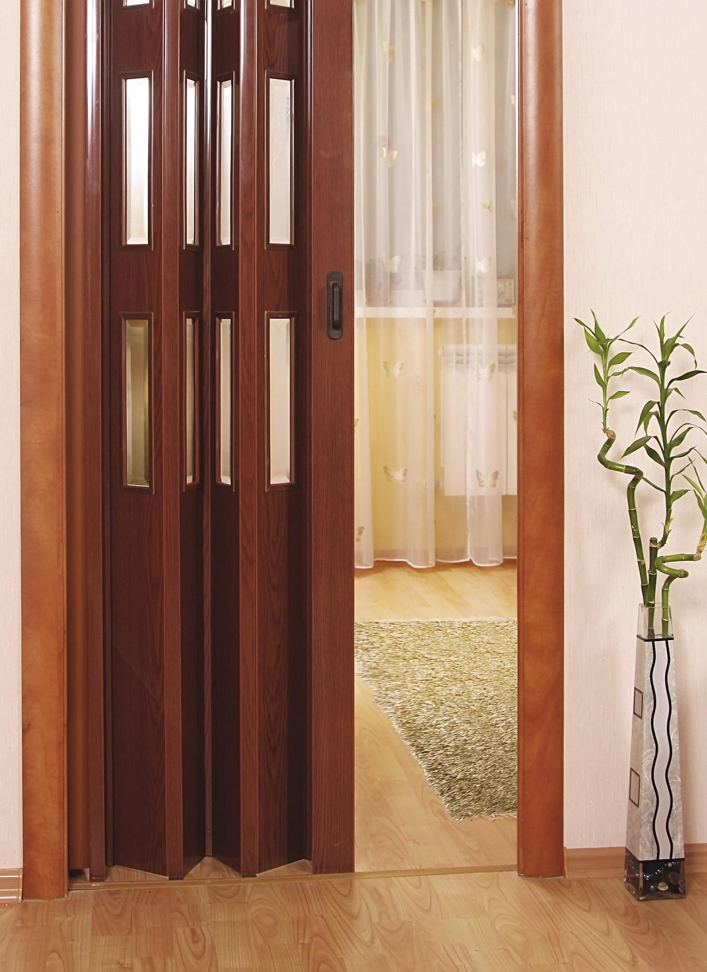 Дверь-гармошка со стеклянными вставками