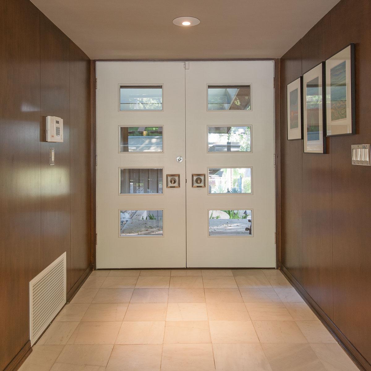 Дверь в стиле модерн со вставками