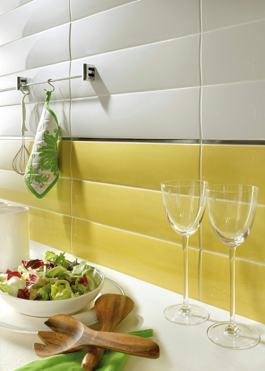 Желтая выпуклая плитка на кухне