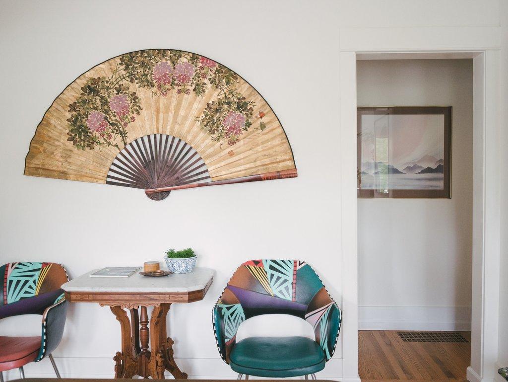 Японский веер на стене в интерьере гостиной