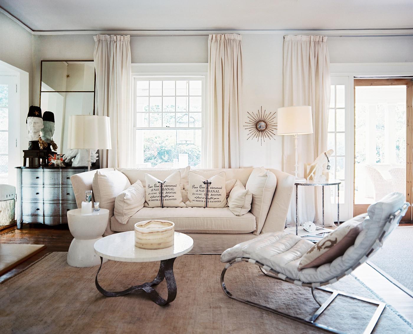 Белые шторы в интерьере загородного дома