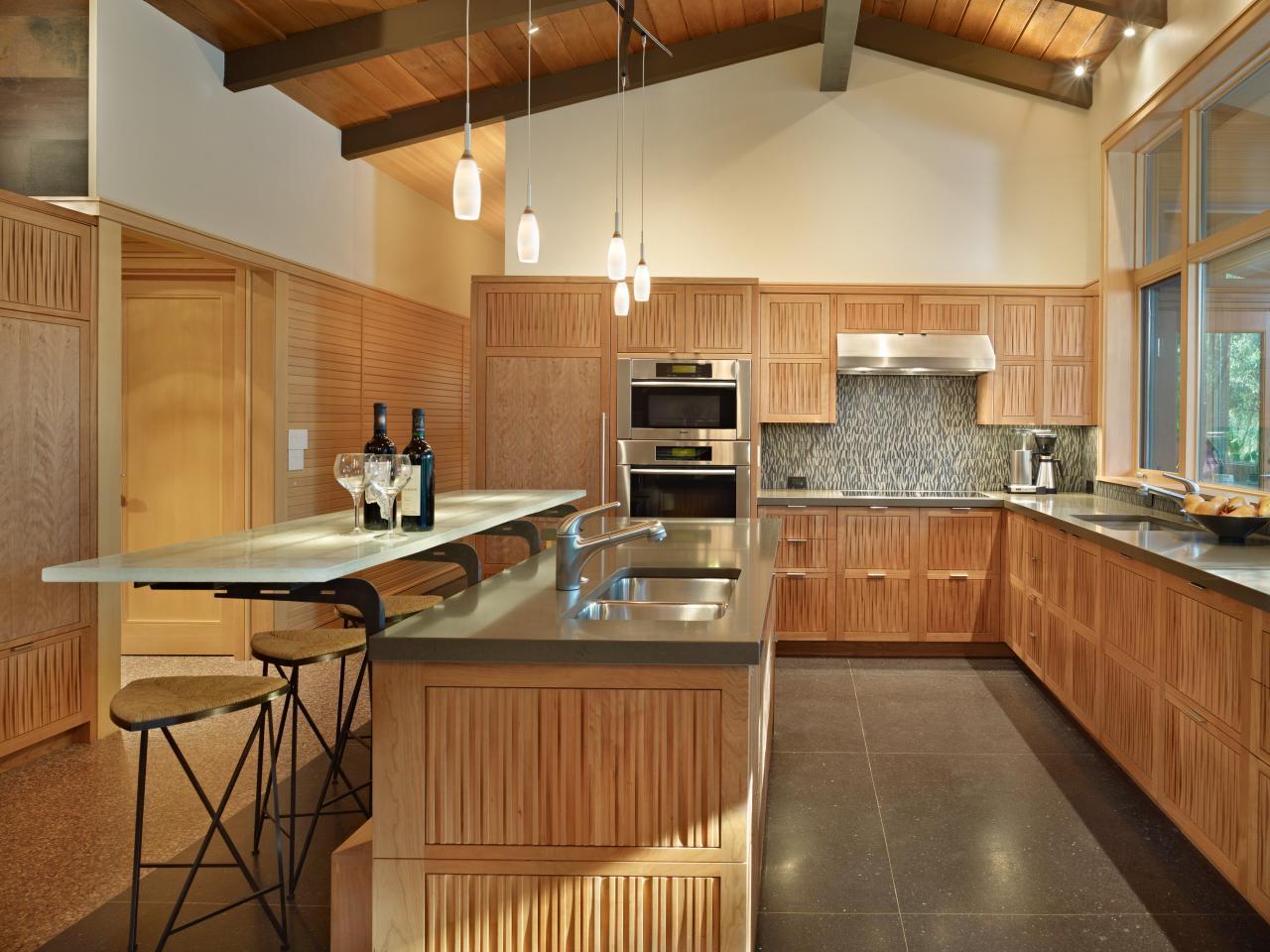 Кухонный гарнитур с барной стойкой в интерьере загородного дома