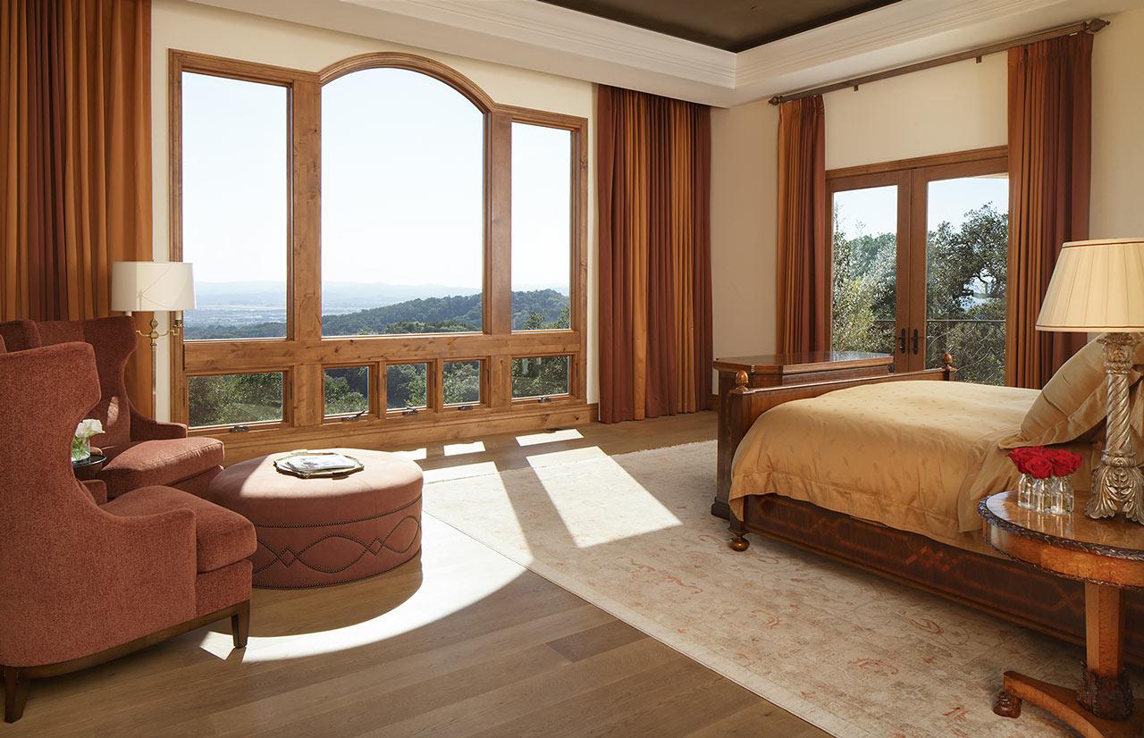 Спальня в тосканском стиле в загородном доме