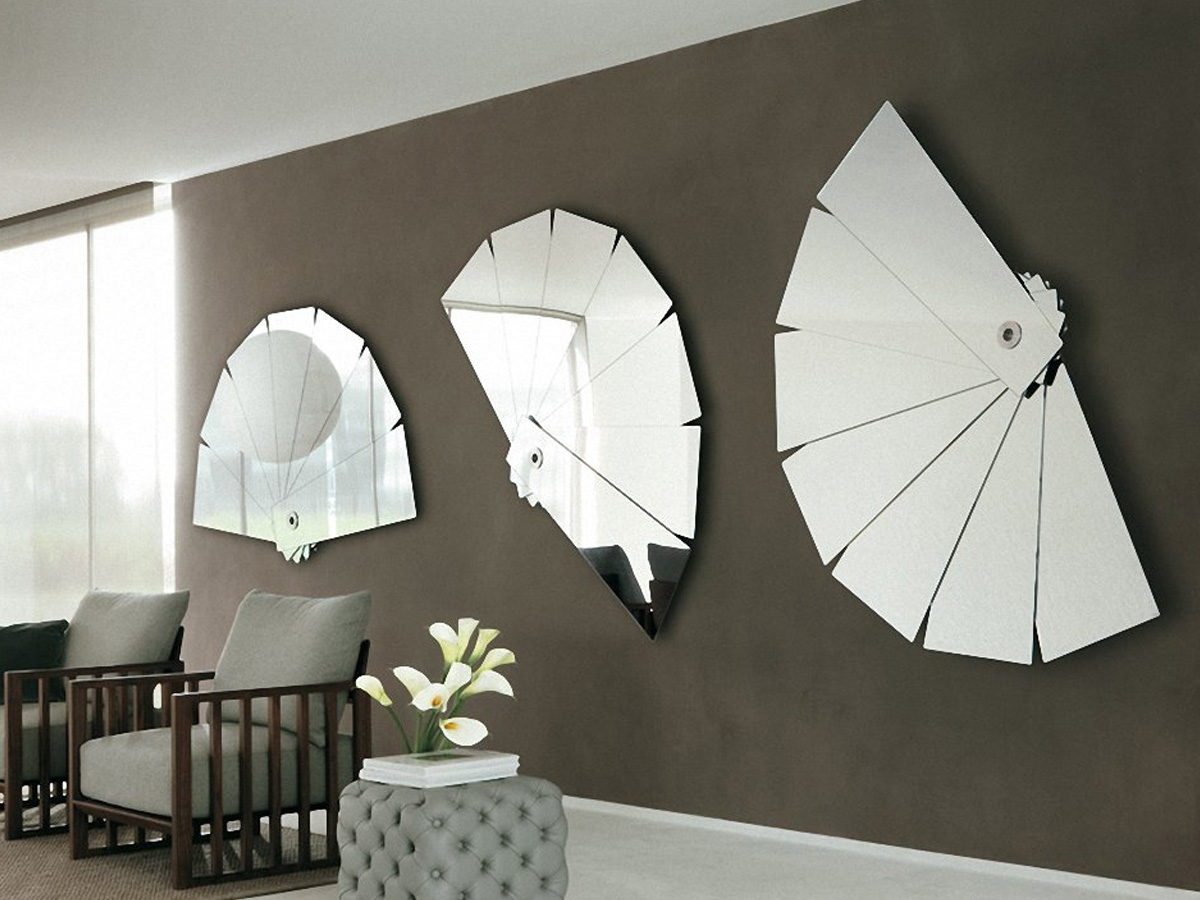 Зеркальный веер на стене